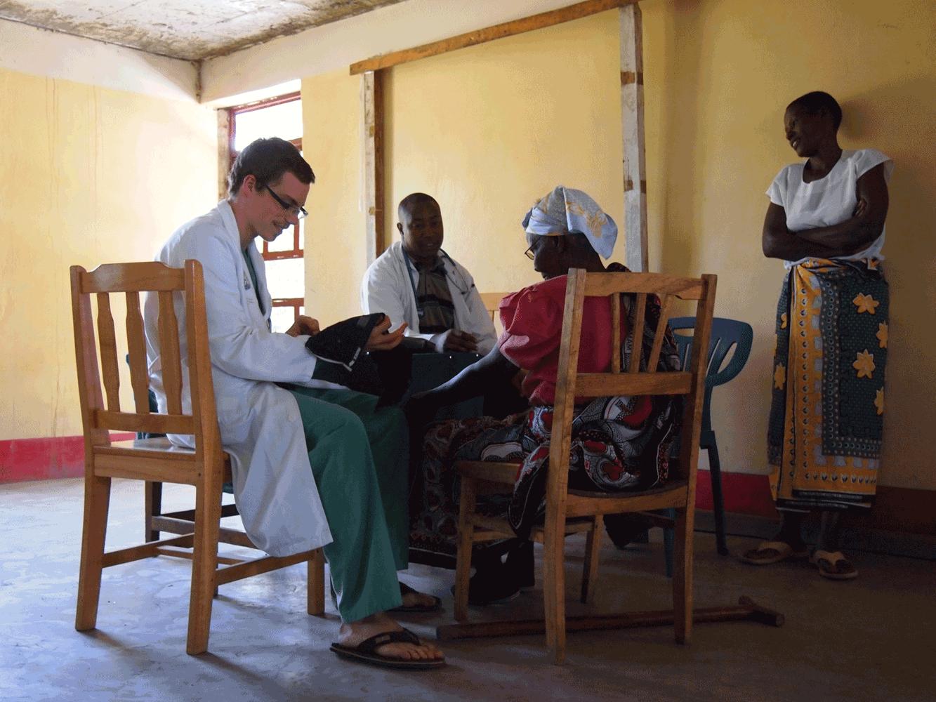 Dr. Clemens Kaindlstorfer während seiner medizinischen Tätigkeit in Tansania
